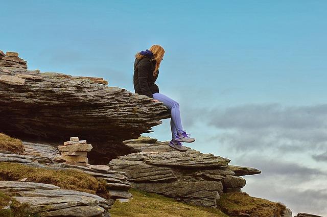 meditace na skále nad mořem