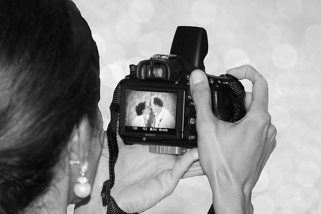 zamilovanýá pár v hledáčku fotografa