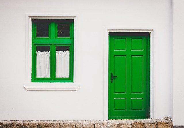 zelené okno a dveře