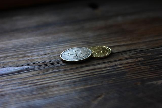 dvě drobné mince na dřevě