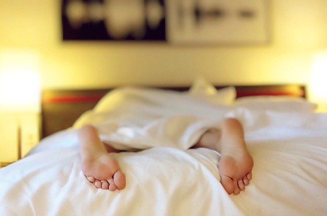 nohy na posteli