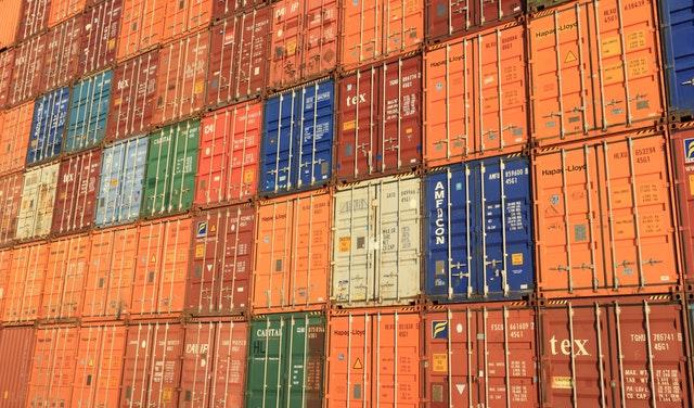 barevné lodní kontejnery.jpg
