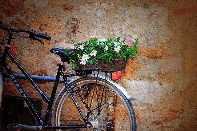 cyklista s květinami