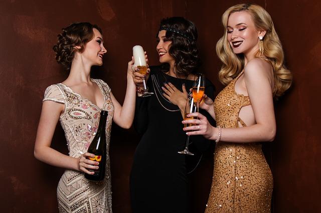 ženy ve večerních šatech