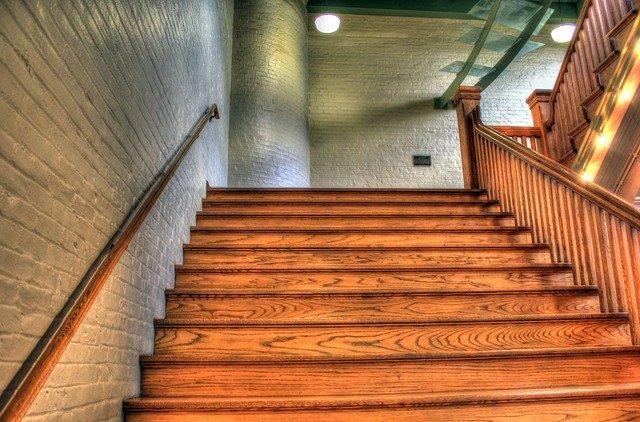 schodiště v provedení dřevo